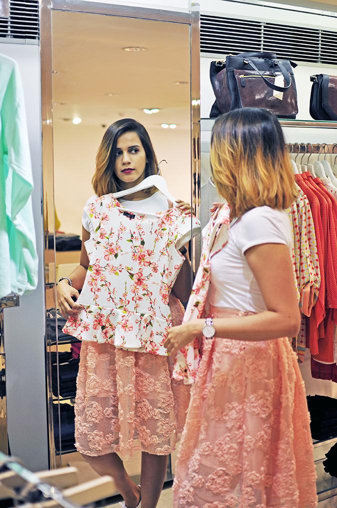 Wills Lifestyle | Akanksha Redhu | trying peplum top in mirror