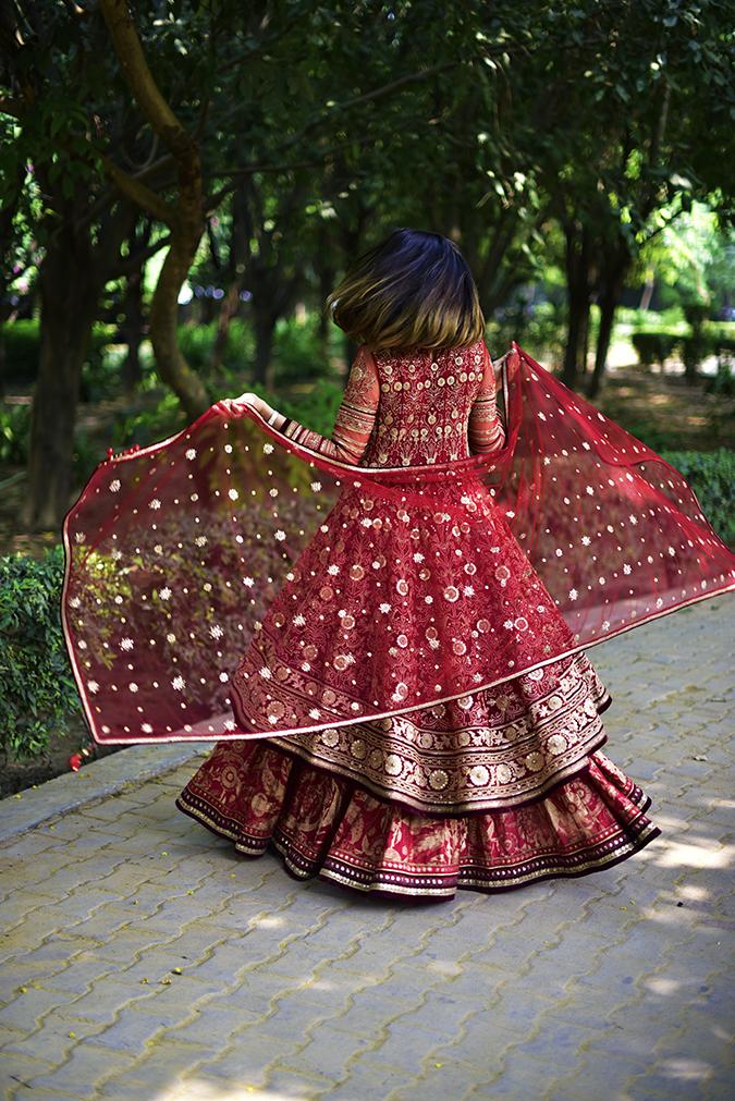 Tarun Tahiliani   Akanksha Redhu   dupatta twirl 2