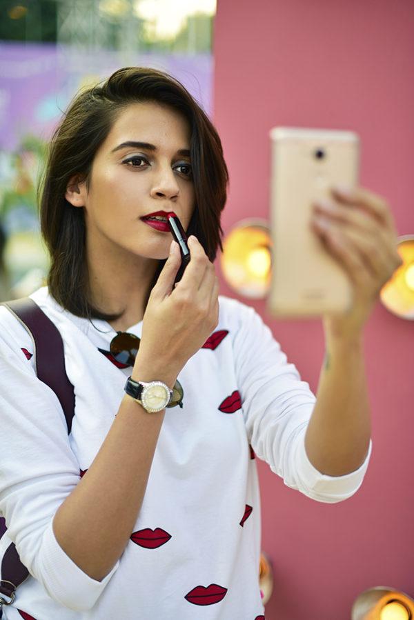 Coolpad India   Akanksha Redhu   applying lipstick